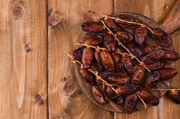 What is the best way to eat a date (fruit)?